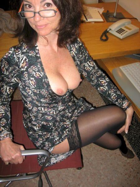 Femme mature soumise pour gars qui apprécie la domination de temps à autre libre